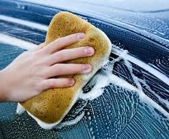 Lavare l'auto: rimuovere i moscerini e lo sporco impiegando i prodotti giusti