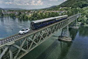 Land-Rover-Discovery-Sport-traina-un-treno-2-1024x683[1]